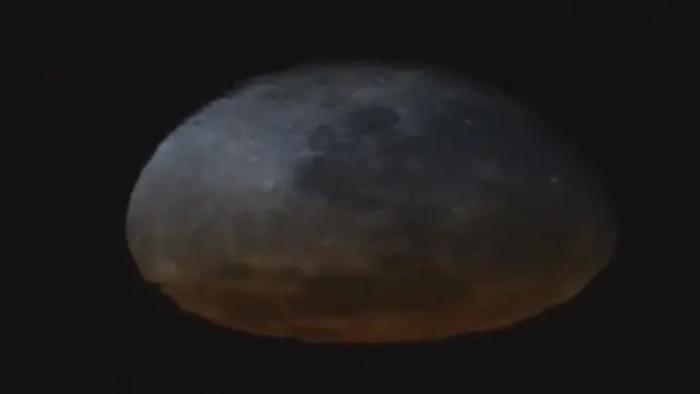 Ngỡ ngàng cảnh Mặt trăng tan chảy trong ảo ảnh hoàng hôn - 2