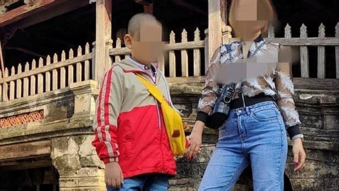 Phản cảm cô gái tạo dáng chụp ảnh kệch cỡm ở di tích Chùa Cầu - 1