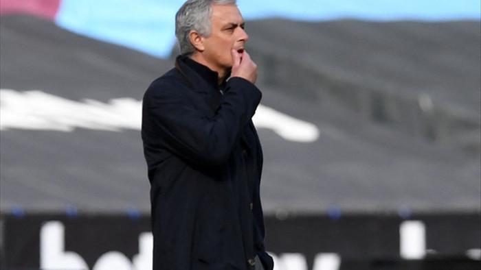 Chiếc ghế huấn luyện viên của Mourinho lung lay dữ dội - 1