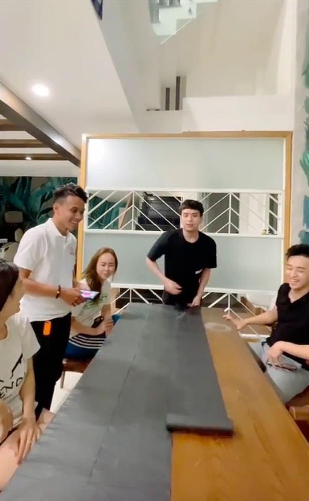 Hồ Quang Hiếu làm bánh tráng trộn siêu to, gia nhập team Bà Tân vlog-1