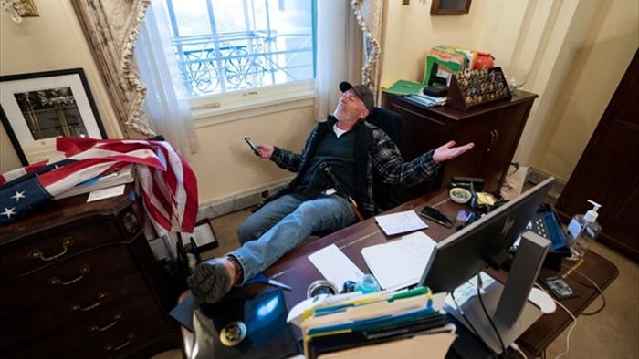 Mỹ tiếp tục giam giữ người từng gác chân lên bàn bà Pelosi trong vụ đồi Capitol - 1