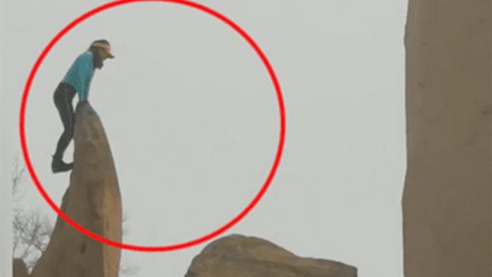 Thót tim nữ du khách trèo lên mỏm đá dựng đứng tạo dáng sống ảo - 3