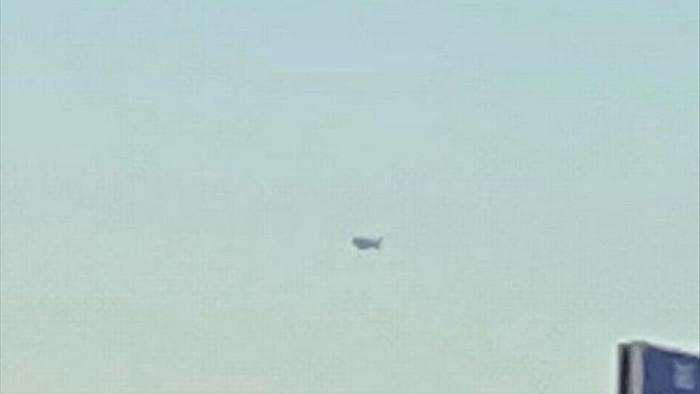 UFO bí ẩn cỡ xe tải bay lượn trên bầu trời hơn 1 giờ ở sa mạc Arizona - 1