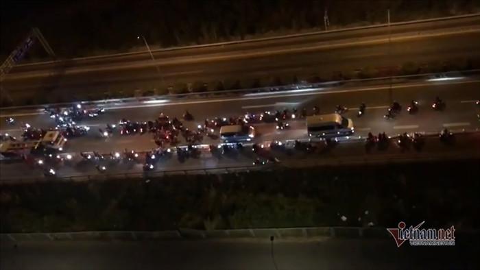 Hàng trăm 'quái xế' chặn cao tốc làm đường đua bạt mạng
