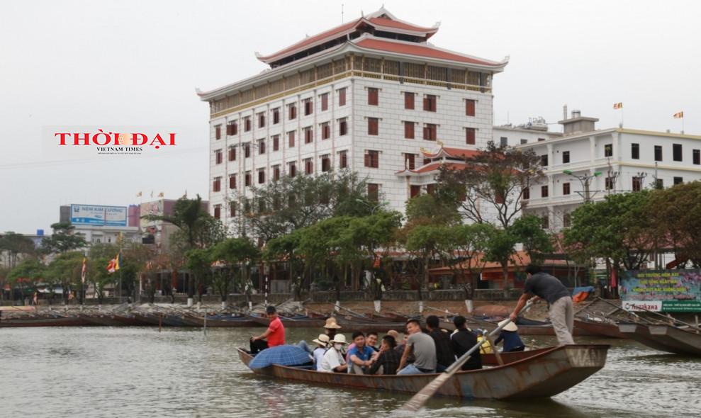 Nhiều chủ hàng quán cùng du khách không đeo khẩu trang tại chùa Hương
