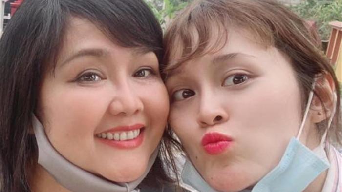 Hai con gái MC Quyền Linh xinh đẹp, cao vượt bố