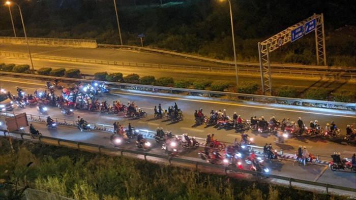 Truy tìm người cầm đầu nhóm hàng trăm quái xế chặn cao tốc đua xe - 1