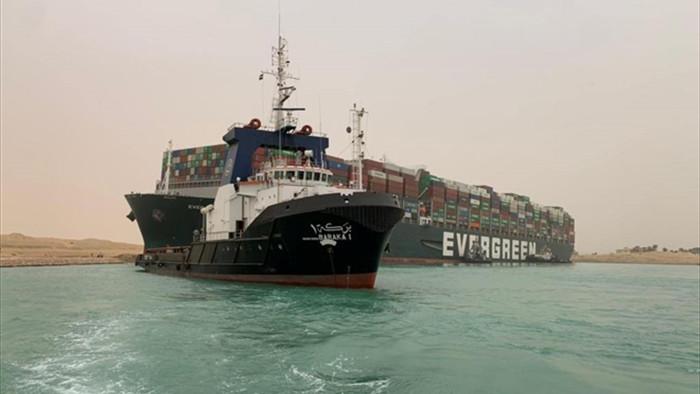 Tàu chở hàng mất lái mắc kẹt, kênh đào Suez bị tắc nghẹn - 1