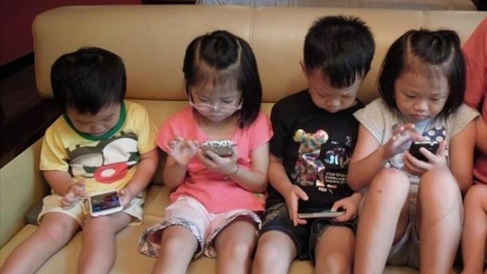 Trẻ mê điện thoại thường có biểu hiện: Không thiết tha các hoạt động khác trong nhà; không thấy đói, lười vận động. Ảnh minh họa