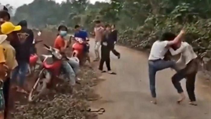 2 nữ sinh đánh nhau như trên phim, hàng loạt người đứng xem - 1