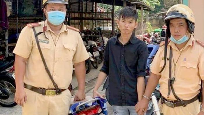 Nam thanh niên vứt xe bỏ chạy khi gặp CSGT - 1