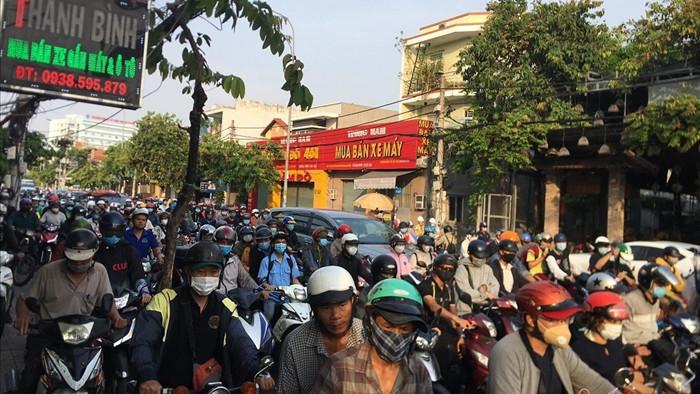 Nữ sinh viên ở Sài Gòn bò ra từ gầm xe container sau va chạm giao thông