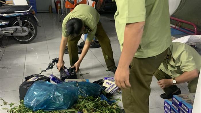 Phát hiện loạt giỏ lớn bên ngoài phủ rau xanh bên trong toàn hàng cấm - 2