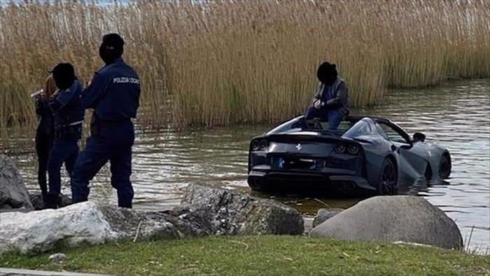 Không cài phanh tay, siêu xe Ferrari trị giá 400.000 USD lao xuống hồ - 1