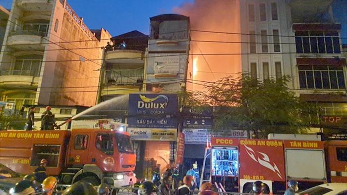 Hai căn nhà bốc cháy dữ dội ở Sài Gòn - 1
