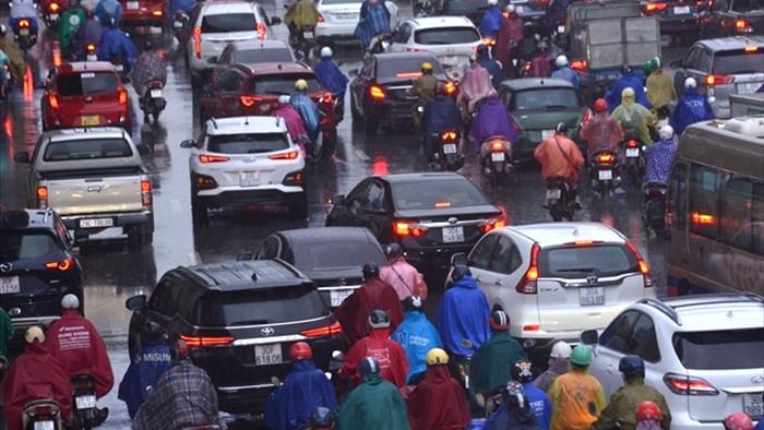 Ảnh: Hà Nội kẹt xe tứ phía, cây đổ ngổn ngang sau trận mưa lớn - 4