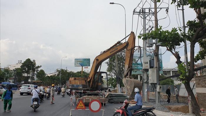 Đường Nguyễn Hữu Cảnh sắp xong, dân hối hả xây 'tường đê' chống ngập