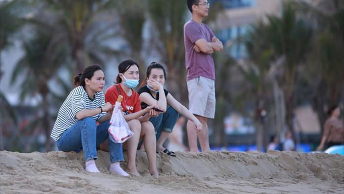 Đà Nẵng vắng vẻ hơn mọi năm, khách tắm biển đeo khẩu trang - 3