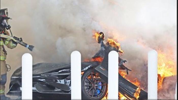 Siêu xe McLaren 765LT hàng hiếm bị lửa thiêu rụi tại trạm xăng