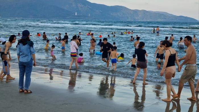 Đà Nẵng vắng vẻ hơn mọi năm, khách tắm biển đeo khẩu trang - 1