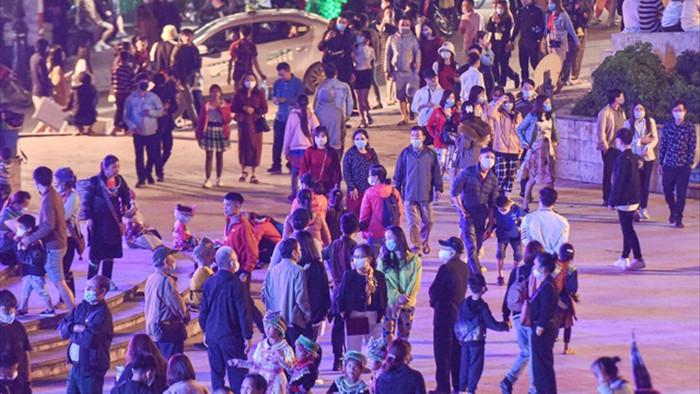 Sa Pa đông nghẹt khách du lịch lúc nửa đêm, nhiều tuyến đường ùn tắc - 3