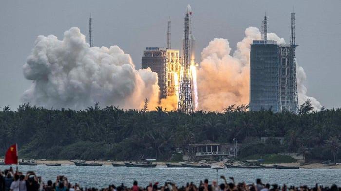 To như chung cư 10 tầng và đang bay với vận tốc 29.000 km/h, mảnh vỡ tên lửa Trung Quốc có thể rơi xuống đất ngày mai 8/5 - Ảnh 1.