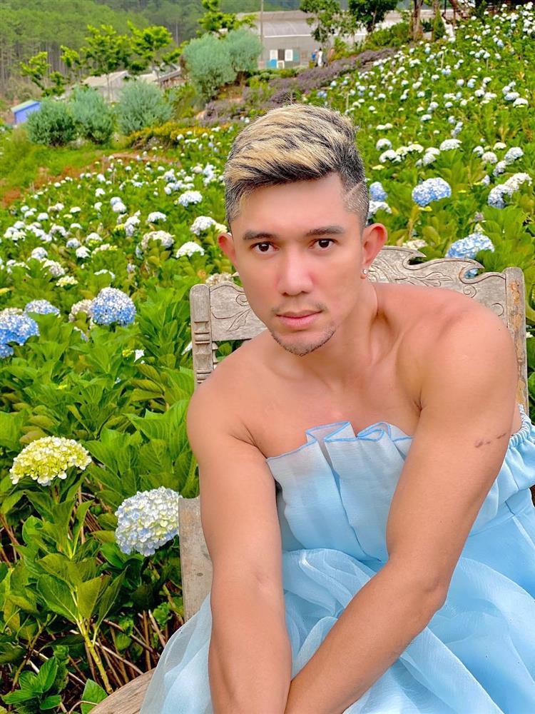 Mặc váy ở vườn hoa Đà Lạt, Lương Bằng Quang bị chỉ trích lố lăng-1