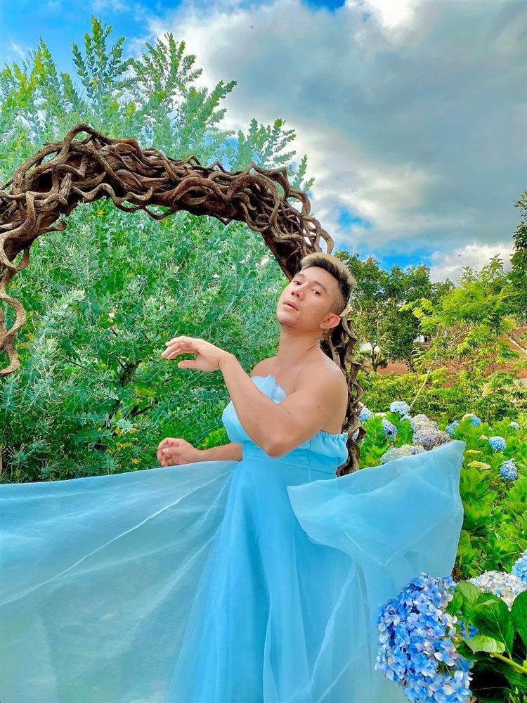 Mặc váy ở vườn hoa Đà Lạt, Lương Bằng Quang bị chỉ trích lố lăng-4