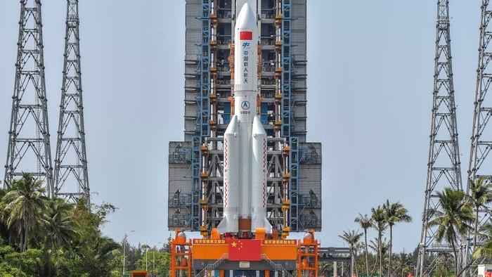 Hình ảnh đầu tiên về tầng lõi tên lửa Trung Quốc sắp rơi xuống Trái đất, chuyên gia dự đoán tỷ lệ rơi trúng dân thường chỉ như bị sét đánh - Ảnh 4.