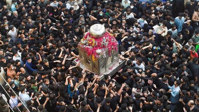 Hơn 18.000 ca tử vong, biển người vẫn đổ xô tới nhà thờ ở Pakistan - 1
