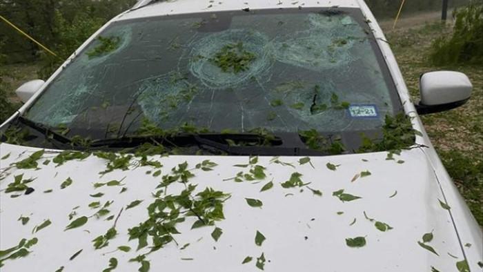 Hoảng hồn với chùm ảnh về trận mưa đá kinh hoàng tại Mỹ, nhà cửa, ô tô thủng lỗ chỗ vì thành bia tập bắn của thiên nhiên - Ảnh 16.