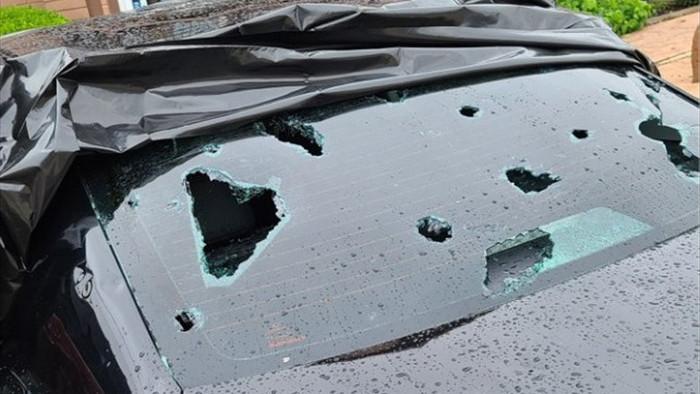 Hoảng hồn với chùm ảnh về trận mưa đá kinh hoàng tại Mỹ, nhà cửa, ô tô thủng lỗ chỗ vì thành bia tập bắn của thiên nhiên - Ảnh 3.
