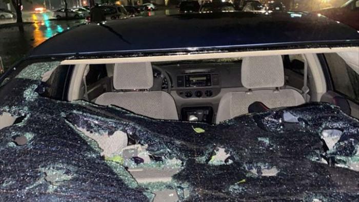 Hoảng hồn với chùm ảnh về trận mưa đá kinh hoàng tại Mỹ, nhà cửa, ô tô thủng lỗ chỗ vì thành bia tập bắn của thiên nhiên - Ảnh 4.