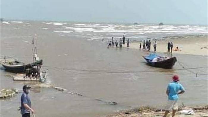 Ba học sinh lớp 7 bị sóng biển cuốn trôi mất tích