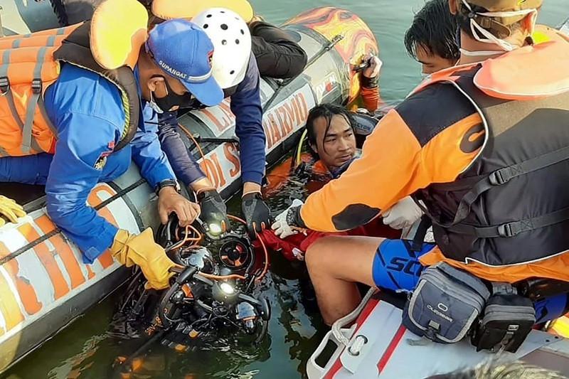 Lật thuyền ở đảo Java vì khách mải chụp ảnh tự sướng, 7 người tử vong