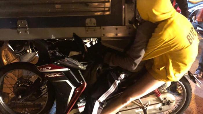 Xe máy dính chặt vào đuôi xe tải, nam thanh niên tử vong tại chỗ