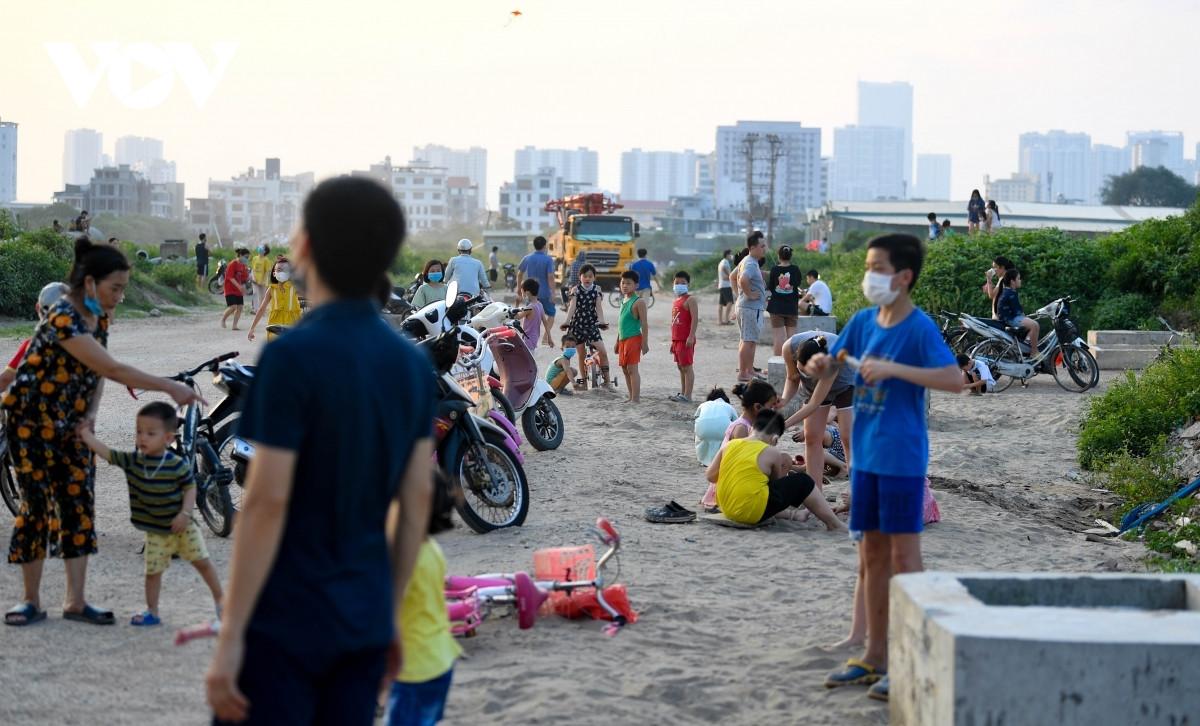 Nhiều người dân đổ ra khu vực trước trụ sở UBND xã Tân Triều (huyện Thanh Trì, Hà Nội) vui chơi và thả diều.