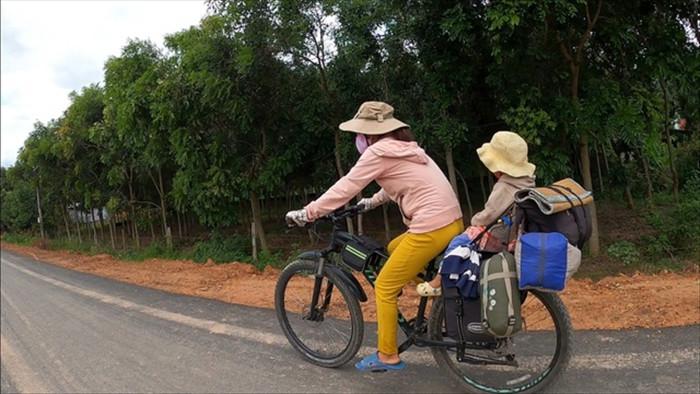 Cặp vợ chồng bán nhà, đưa gia đình đi phượt bằng xe đạp - 2