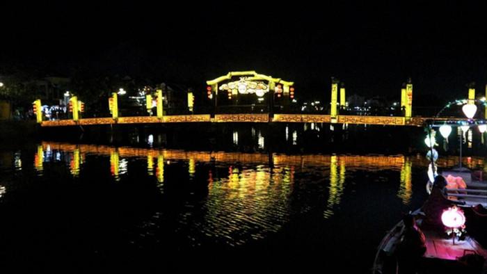 Người dân thả hoa đăng mừng Phật đản 2021 trong trầm lặng - 3
