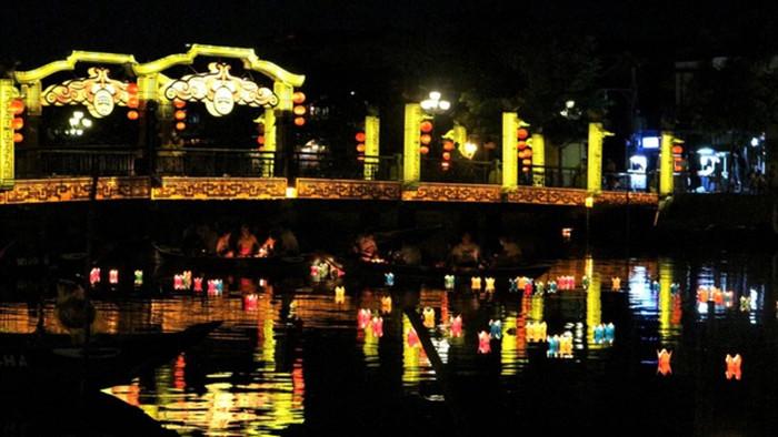 Người dân thả hoa đăng mừng Phật đản 2021 trong trầm lặng - 6