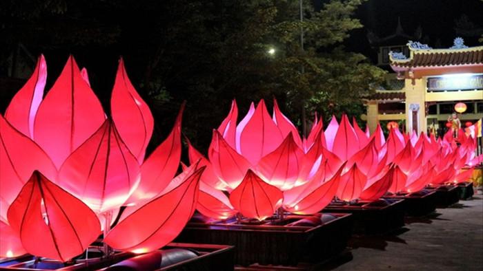 Người dân thả hoa đăng mừng Phật đản 2021 trong trầm lặng - 9