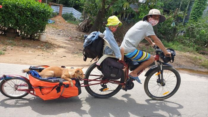Cặp vợ chồng bán nhà, đưa gia đình đi phượt bằng xe đạp - 1