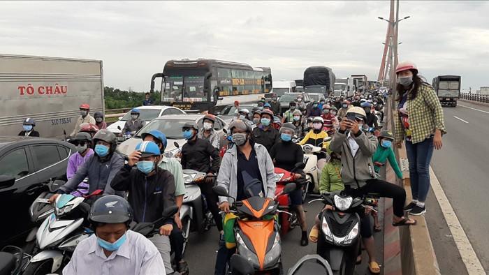 Tai nạn trên cầu Cần Thơ, kẹt xe kéo dài sang tận Vĩnh Long