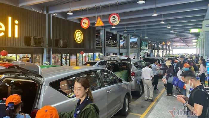 ACV chậm trễ, ô tô vào sân bay đón trả khách đang mất tiền oan