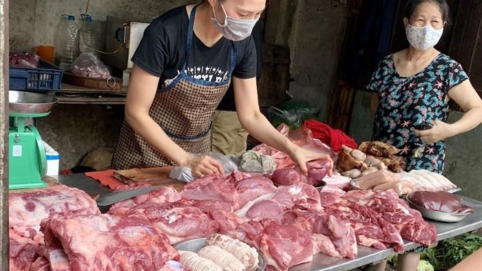 Giá lợn hơi thấp nhất 1 năm, người dân vẫn phải mua thịt lợn giá đắt - 1