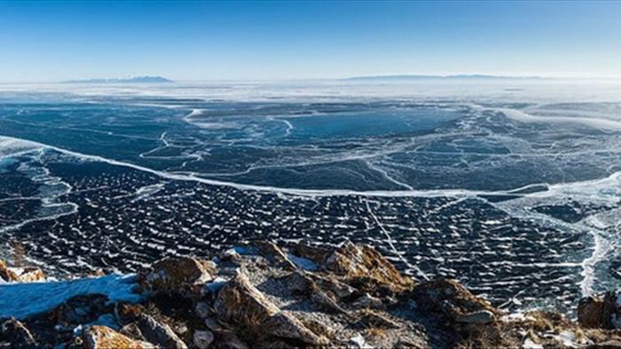 Cảnh đẹp như cổ tích ở hồ nước ngọt sâu nhất thế giới - 1