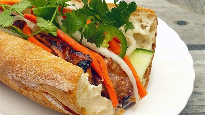 Quán bánh mì thịt nướng bán không ngừng tay ở phố Nguyễn Trãi, từng được tạp chí du lịch Mỹ vinh danh ngon nhất thế giới - Ảnh 6.