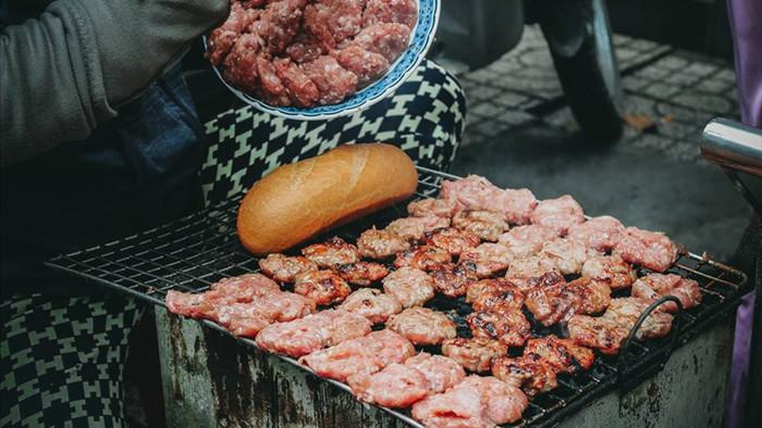 Quán bánh mì thịt nướng bán không ngừng tay ở phố Nguyễn Trãi, từng được tạp chí du lịch Mỹ vinh danh ngon nhất thế giới - Ảnh 2.