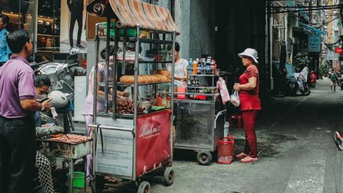 Quán bánh mì thịt nướng bán không ngừng tay ở phố Nguyễn Trãi, từng được tạp chí du lịch Mỹ vinh danh ngon nhất thế giới - Ảnh 1.