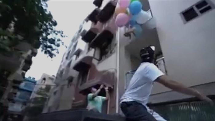 Youtuber gây phẫn nộ vì buộc chó vào bóng bay để thả lên trời - 1
